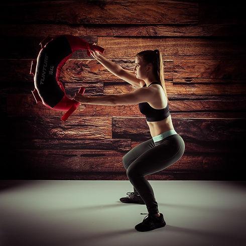 Wil jij ook een stoere fitness of sport fotoshoot boeken? Fitness fotograaf Nikki Hoff helpt jou graag in haar fotostudio aan stoere fitnessfoto's. Deze sportfoto is gemaakt voor een houten wand.