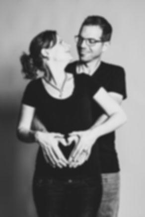 Samen met jouw partner een zwangerschaps fotoshoot boeken? Lijkt me ontzettend gaaf om dit bijzondere moment voor je te mogen vastleggen.  This couple is having a baby. Pregnant woman with her husband.