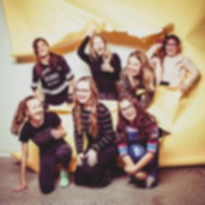 Deze meiden lopen zo door deze gele papieren achtergrond heen! Wil jij ook spontane, gezellige en vrolijke portretfoto's laten maken tijdens een kinderpartijtje? Boek dan nu jouw fotoshoot bij Studio86.nl  Studio photography. Also for kids party's.