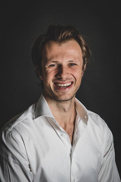 Ben jij net als deze jonge man een beginnend acteur en wil jij professionele headshots laten maken voor jouw online portfolio bij een castingbureau? Fotostudio Studio86 is dé fotostudio in Nederland om naartoe te gaan voor professionele castingfoto's.