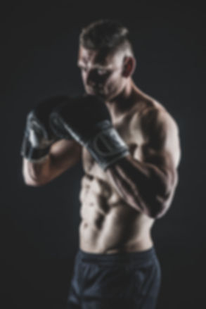 Kijk eens wat een gespierd lichaam deze man heeft. Deze foto is gemaakt tijdens een fitness fotoshoot bij Studio86. Dit is de beste sport fotograaf in Zuid Holland.  Kick box photo of a musculair man. Made during a kick box photoshoot.