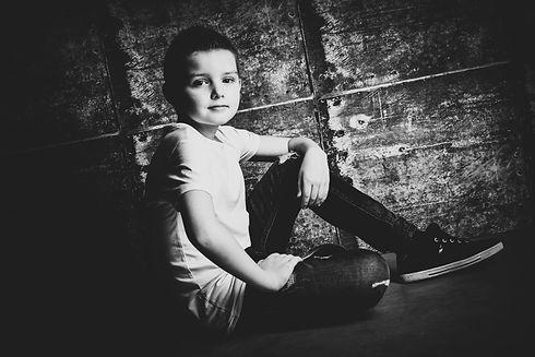 Stoere foto van een stoere jongen. Gemaakt door een professionele kinderfotograaf.