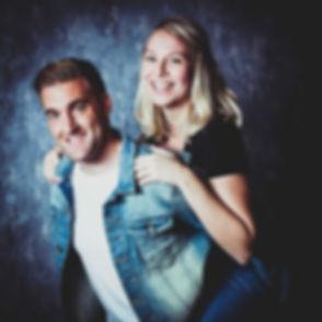 Wat een prachtig stel is dit! Dit koppel is op de foto gezet tijdens een fotoshoot met partner.  Beautiful love couple. Girls sits on the back of her boyfriend. Studio photography.