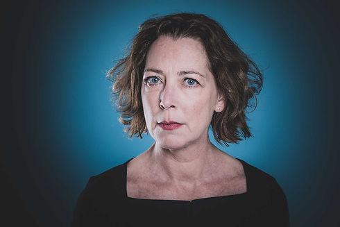 Hier geeft Lot Bobbink een trieste blik naar de camera. Lot is actrice en heeft haar castingfoto's laten maken bij deze bekende Nederlandse fotograaf, Nikki Hoff van Studio86. Er is een blauwe achtergrond gebruikt bij deze castingfoto van deze dame.