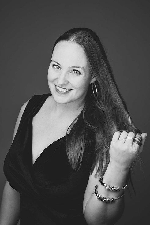 Een stoere zwart wit foto van een dame die op een Chesterfield bank zit. Deze prachtige portretfoto is gemaakt door één van de bekende Nederlandse vrouwelijke fotografen, Nikki Hoff. Nikki heeft een fotostudio in Alphen aan den Rijn en is gespecialiseerd in portretfotografie. Wat is de prijs van een fotoshoot? Deze glamourshoot is al te boeken vanaf €150,-