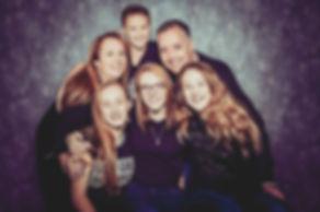 Deze gezinsfoto kan je laten maken bij Studio86. Ook als samengesteld gezin kan jij een fotoshoot boeken.  Family photoshoot.