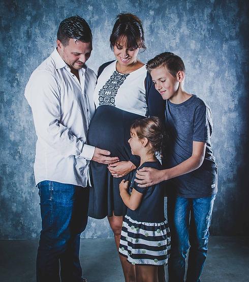 Wil jij weten bij hoeveel weken zwangerschap je een zwangerschapsshoot kan boeken? Deze shoot van jouw buik is het mooist rond de 34 weken. Dit is een foto van een gezin waarvan mama in verwachting is van een meisje. Deze zwangerschapsshoot is in de fotostudio gemaakt. Pregnancy photoshoot best to do with 34 weeks.
