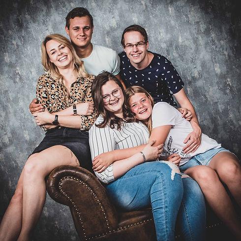 Professionele fotoshoot van 3 zussen en hun vriendjes. Een gezellige foto gemaakt door een professionele portretfotograaf uit Alphen aan den Rijn. Ga jij een fotograaf zoeken voor het boeken van een fotoshoot met jouw zus? Kijk eens op www.studio86.nl/zussen Professional photoshoot of 3 sisters and their boyfriends.