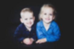 Ouders verassen met een kindershoot? Deze portretfoto van broer en zus kan ook op canvas worden gedrukt.  Brother and sister photo. Made during a kids photoshoot.