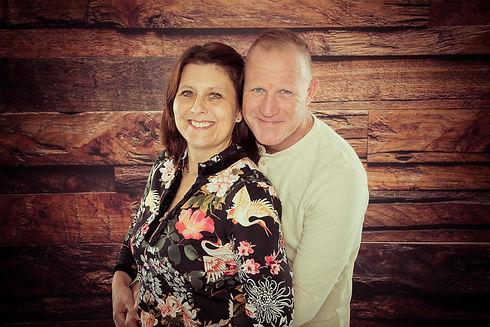 Een close up portretfoto van een liefdeskoppel die deze dag 20 jaar getrouwd zijn. Wil jij ook een fotoshoot cadeau geven aan jouw partner als verassing op jullie huwelijksdag? Deze professionele fotograaf zal mooie portretfoto's van jullie samen maken.