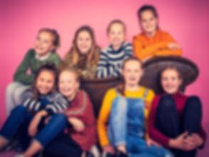 8 kinderen op de foto tijdens een fotoshoot kinderpartijtje. Wil jij ook een fotoshoot boeken voor een kinderpartijtje? Dan is Studio86 de beste fotostudio in Zuid Holland om dit te doen. Nikki is een bekende fotograaf en is gespecialiseerd in portretfotografie. Tijdens een kinderpartijtje maakt zij er een feestje van! De prijs van deze fotoshoot is €150,-