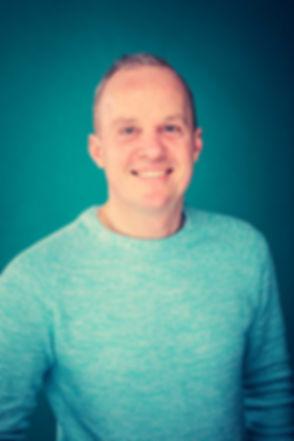 Wil jij ook een zakelijke portretfoto laten maken met een opvallende achtergrond? Deze heer heeft zijn zakelijke profielfoto laten maken met een turquoise achtergrond laten maken. Deze portretfoto kan zowel op linkedin als op de website worden gebruikt. Deze heer is ondernemer en heeft voor zijn onderneming een professionele profielfoto laten maken.