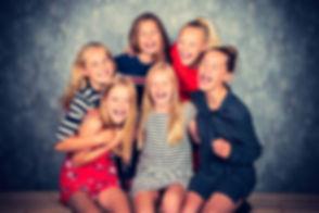 Kietelen maar! Tijdens een fotoshoot van een kinderfeestje laat ik de kids elkaar regelmatig kietelen omdat dat de meest spontane en grappige foto's oplevert.  Funny photo of girlfriends. Spontaneous photography.