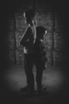 Bij dit soort zwart wit portretfotografie word er gebruik gemaakt van 2 flitslampen die zo worden gepositioneerd om dit lichteffect te creëren. Het is een creatieve maar ook stoere portretfoto gemaakt door een professionele fotograaf in Zuid Holland.  Kids photography of two young boys.