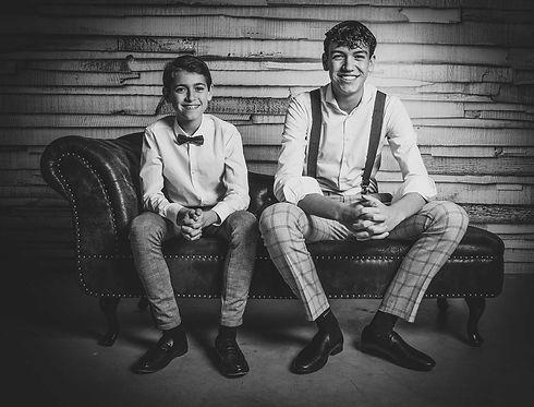 Hier zie je 2 jongens die broers van elkaar zijn op een chesterfield bank zitten. Deze spontane portretfoto is gemaakt door kinderfotograaf Nikki Hoff van Studio86. Nikki is gespecialiseerd in portretfotografie en kan jouw kinderen op een creatieve en spontane manier vastleggen. Nikki heeft geleerd voor studiofotografie en fotografeert daarom ook alleen in haar fotostudio.