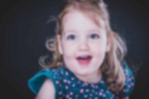 Wil jij ook graag een fotoshoot van jouw kinderen boeken? Nikki is een bekende Nederlandse fotografe en helpt jou graag bij het maken van een sprekende portretfoto van jouw kind of kinderen.  Professional kids photography in South Holland. Cute little girl photographed against a black background.