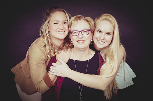 Een mooie zwart wit foto van moeder en dochters. Deze portretfoto is gemaakt in een fotostudio in Alphen aan den Rijn.  Mother daughters photography.