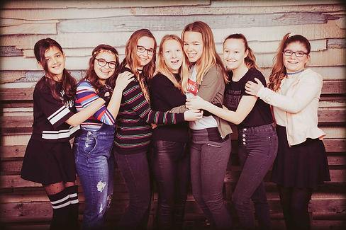 Opzoek naar een origineel idee voor een kinderfeestje? Laat jouw dochter met al haar vriendinnetjes fotograferen in de leukste fotostudio van Alphen aan den Rijn!  Girlfriends photographed during a kids party in the studio.
