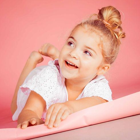 Heb jij een kleuter en wil je een mooie fotoshoot van hem of haar laten maken? Bij studio 86 kan jij zo'n kindershoot boeken! Voor een fotoshoot van een kind van 2 jaar is deze fotostudio ideaal! Ook deze mooie roze achtergrond is aanwezig om een vrolijke portretfoto van jouw dochter te maken. Photoshoot of a toddler.