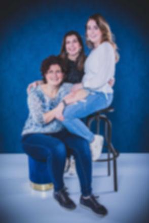 Voor een gezellige fotoshoot met vriendinnen ga je naar de fotostudio van bekende fotografe Nikki Hoff. Nikki is gespecialiseerd in studiofotografie en de prijs van de fotoshoot is zeker betaalbaar als je het met z'n allen deelt. Op deze portretfoto zie je 3 vriendinnen die elkaar al jaren kennen.