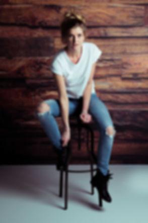 Wil jij een glamour fotoshoot cadeau geven aan een dame? Bij Studio86 kan jij deze cadeaubon komen ophalen. Tijdens zo'n glamour fotoshoot word er bijv. een foto gemaakt voor deze houten wand waarbij je op een kruk zit. Deze aantrekkelijke dame zou model kunnen worden!