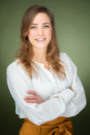 Een zakelijke profielfoto laten maken met een sprekende achtergrond? Deze dame komt goed naar voren op deze linkedinfoto.  Professional profile picture taken in a photostudio.