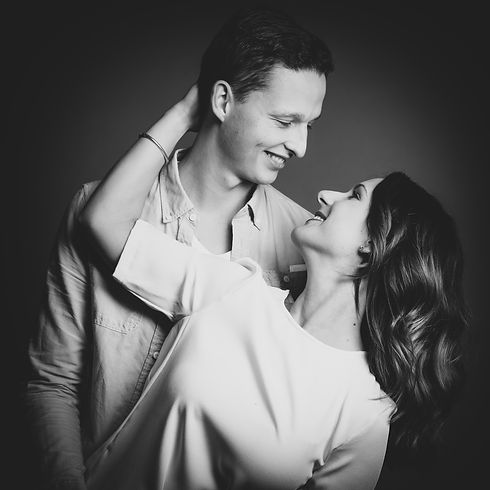 Ontzettend ongedwongen en leuke fotoshoot met partner gemaakt door Studio86 in Alphen aan den Rijn.  Love couple looks each other in the eyes, looks like they are really in love. This photograph is made in the photo studio in South Holland.