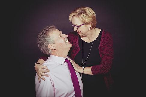 Gezinsfoto laten maken met een zwarte achtergrond? Dat kan bij Studio86.  Photoshoot of older couple. You can still see the love between them. Mom and dad in love.