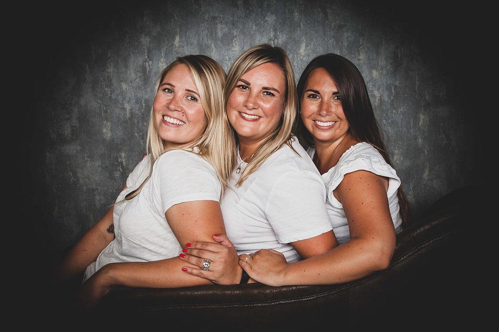 Nikki Hoff is een vrouwelijke fotograaf en maakt professionele zussenfoto's! Deze maakt ze in haar fotostudio in Alphen, waar ze over vele settings beschikt zodat er voor iedere gewenste fotoshoot wel een juiste setting is.  Photoshoot sisters.