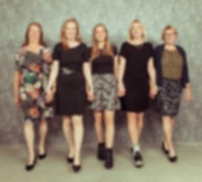 Een familiefoto waar alleen de dames op staan. Moeder en zusters in één portretfoto. Hier komen de dames op de fotograaf aflopen. A family photo whit only the ladies. Mother and sisters in one portrait photo. Here you see the ladies walking towards the photographer.