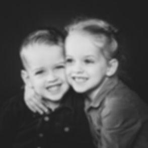 Een broer en zus foto gemaakt door een bekende kinderfotograaf in Zuid Holland.  Close up photo of a brother and sister.