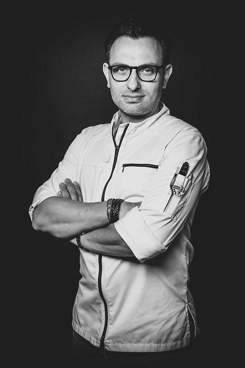 Wil jij een goede portretfoto laten maken voor een datingsite? Of misschien wil je gewoon een goede profielfoto van jezelf, dan kan deze fotografe je goed helpen. Met haar creatieve fotografie krijg jij een hele wisselende fotoreportage.  Professional photograph of an Italian chef.