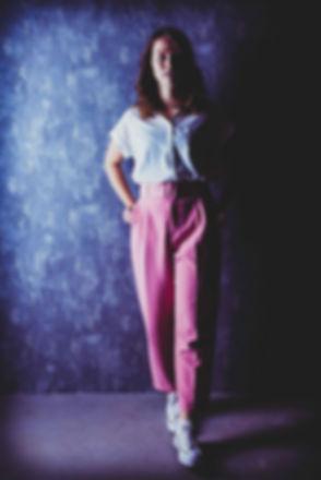 Tijdens de fotoshoot krijg je tips en tricks over poses en gezichtsuitdrukkingen om het beste resultaat te behalen! Je hoeft dus niet thuis voor de spiegel te oefenen als je een beautyshoot boekt!  During the photoshoot i will give you tips and tricks so we can get the best results! Here there's a young lady standing in half light, half shadow. It's made in de photostudio of famous photographer Nikki Hoff.