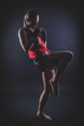 Deze stoere fitgirl doet aan kickboksen en heeft daar gave foto's van laten maken bij Studio86 in Alphen aan den Rijn, Zuid Holland. Bij deze sportfoto is er gebruik gemaakt van 2 striplights en een zwarte achtergrond.  This girl does kick boxing and this is a defence pose. This sport photo is made in a photostudio using flash lights and a black background.