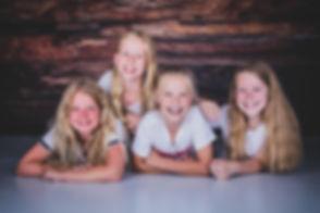 Een gezellige foto van 4 vriendinnen. Deze tieners hebben een verjaardagsfeestje gehouden in de fotostudio. Bekende fotografe Nikki Hoff is gespecialiseerd in portretfotografie van o.a. kinderen tijdens een kinderfeestje.