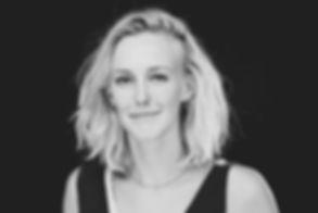 Als je een gezinsfoto wilt laten maken door een beroemde fotograaf, kan je een afspraak maken met Studio86.  Black and white portrait of a young woman.