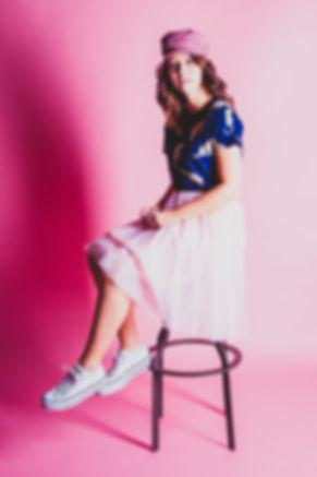 Portretfoto voor een portfolio shoot. Hier is gebruik gemaakt van een roze achtergrond.  Portrait photo for a portfolio photoshoot. Here we used a light pink background.