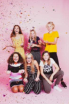 Een roze achtergrond, confetti en een hele hoop lol hebben we gehad tijdens de fotoshoot van dit kinderfeestje.  Happy photography of a kids party.