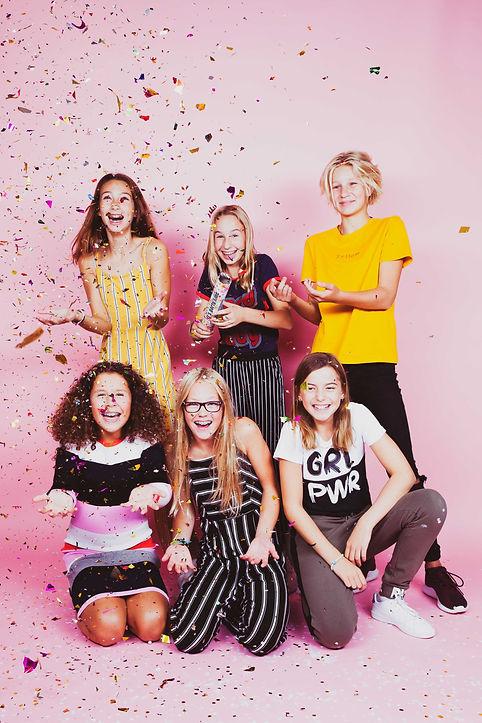 Een roze achtergrond, confetti en een hele hoop lol hebben we gehad tijdens de fotoshoot van dit kinderfeestje.  A pink background, confetti and a lot of fun we had during the photoshoot of this kids party.