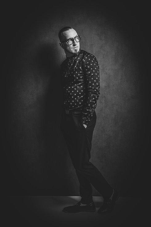 Deze stoere zwart/wit foto is gemaakt door een beroemde fotograaf. Wil jij ook een stoere portretfoto laten maken voor privé gebruik? Ga dan naar www.studio86.nl