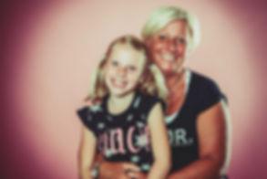 Deze moeder / dochter foto is gemaakt tijdens een familie fotoshoot in de fotostudio van bekende fotograaf Nikki.  Mother and daughter photoshoot by famous photographer Nikki Hoff.