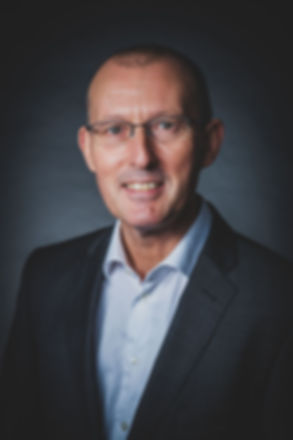 Wil jij ook een professionele profielfoto laten maken die jij kan gebruiken op linkedin? Fotografe Nikki Hoff helpt jou graag aan een originele portretfoto.  Professional photograph of a business man with glasses made in a photo studio.