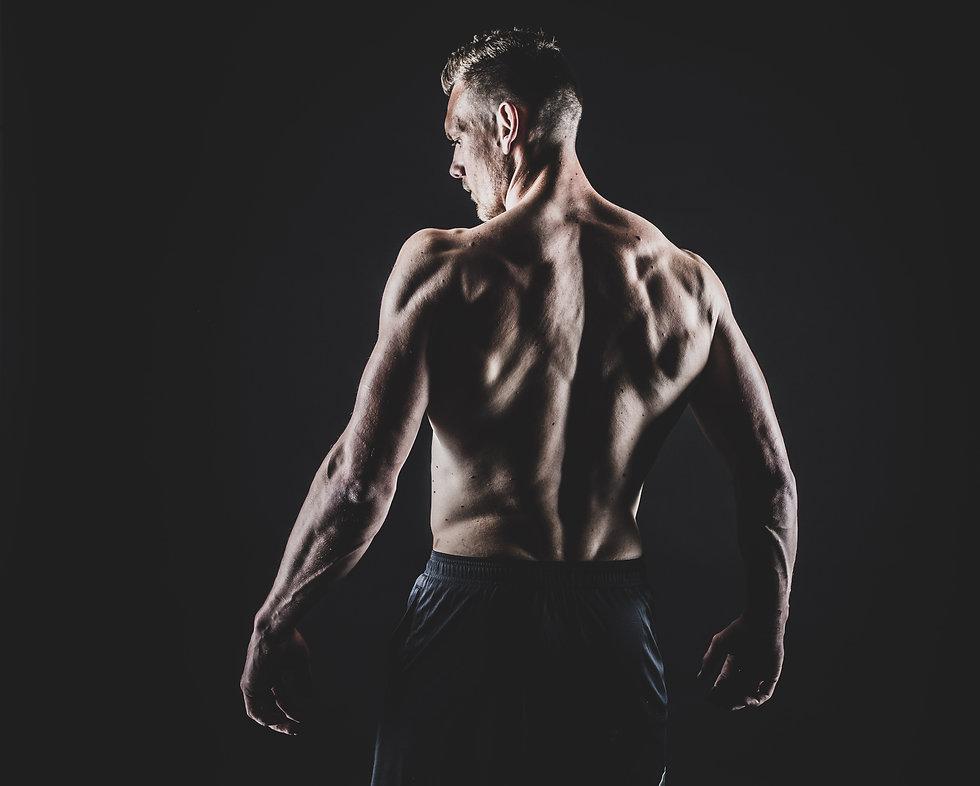 Heb jij een droog getraind lichaam en wil je hier stoere foto's van laten maken? Bij Studio86 kan je nu een fitness fotoshoot boeken. Met de juiste belichting worden jouw spieren extra geaccentueerd.  Sexy, strong, young man. On this photo you can really see hes muscles on hes back. He does crossfit and did a photoshoot to capture he's well trained body.