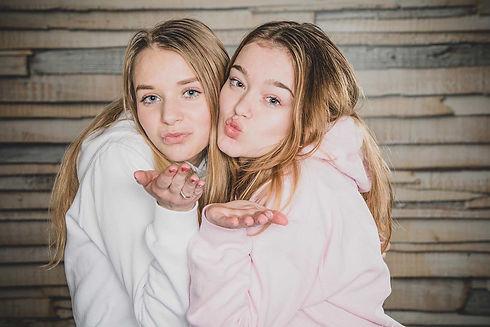 Twee beste vriendinnen die een kusje blazen naar de fotografe. Nikki is een bijzondere fotograaf met een goede kijk op portretfotografie. Wil jij ook een fotoshoot boeken met jouw beste vriendin? Ga dan naar fotostudio Studio86.