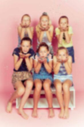 Een origineel uitje voor een kinderpartijtje is een fotoshoot! Bij Studio86 is er ook een roze achtergrond aanwezig en natuurlijk gaan we foto's met confetti maken zoals deze!  Teenagers blowing confetti. Pink background. Six girlfriends. Photoshoot of a birthday party.