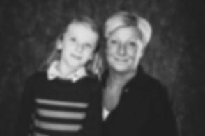 Wil jij jouw moeder een fotoshoot cadeau geven? Bijvoorbeeld een moeder dochter fotoshoot? Deze zwart wit portretfoto is gemaakt in de bekendste fotostudio van Nederland van een moeder met haar kind. Wil jij ook een shoot bij een beroemde fotograaf boeken? Check dan Studio86! Mother daughter photography. Black and white portrait photo.