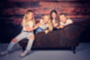 4 jonge meiden die hun kinderpartijtje in de fotostudio van Studio86 hebben gehouden. Voor vrolijke, gezellige kinderfoto's ga je naar www.studio86.nl