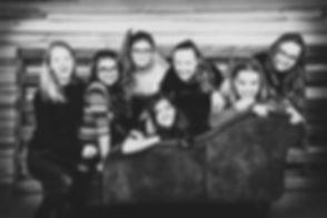 De fotostudio beschikt over diverse props, zoals deze bank, waar we knusse, gezellige foto's op kunnen maken van een meidengroep! Boek nu jouw kinderfeestje bij Studio86 in Zuid Holland!  Black and white photo of girlfriends.