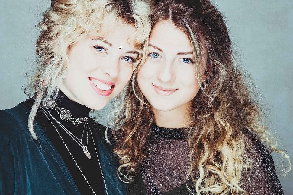 Tijdens een zussenshoot maakt Nikki gebruik van toffe lichttechnieken waardoor je kunstachtige en stoere portretfoto's creëert.   Close up photo of 2 sisters. Sistershoot.