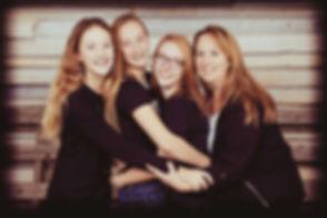 Alle vrouwen samen op de foto! Deze portretfoto is gemaakt tegen een houten achtergrond en door het filter geeft het een beetje een vintage sfeer.  Familile photograph.